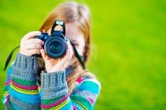 Mädchen, das Fotos durch DSLR macht Stockfotos