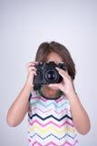Mädchen, das Fotos mit alter Kamera macht Stockfoto