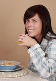 Mädchen, das frühstückt stockfotos