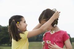 Mädchen, das Freund Daisy Chain gibt Lizenzfreies Stockfoto