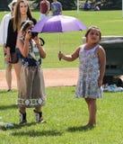 Mädchen, das Freund mit Regenschirm fotografiert Lizenzfreie Stockfotos