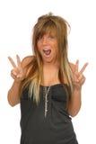 Mädchen, das Friedenszeichen macht Stockfotos