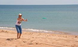 Mädchen, das Frisbee spielt Stockfoto