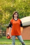 Mädchen, das Fußball spielt Lizenzfreie Stockbilder