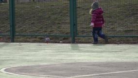 Mädchen, das Fußball spielt Baby mit Ball auf Sport-Feld 4K ultra HD stock video