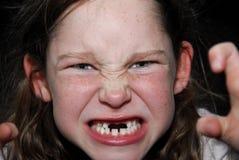 Mädchen, das furchtsames Gesicht bildet Stockbilder