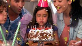 Mädchen, das Geburtstag mit Familie feiert stock footage