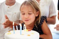Mädchen, das Geburtstag mit Kuchen feiert Stockfotos
