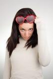 Mädchen, das geformte Sonnenbrillen des Inneren löscht Lizenzfreies Stockbild