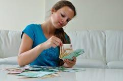 Mädchen, das Geld zählt Stockfotos
