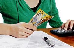 Mädchen, das Geld zählt lizenzfreie stockbilder