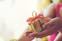 Mädchen, das Geschenkbox des Weihnachtsgeschenks, Feiertage, neues Jahr a hält Lizenzfreie Stockfotografie