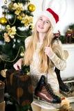 Mädchen, das an Geschenke für Weihnachten denkt Lizenzfreies Stockbild