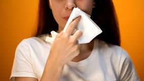 Mädchen, das Gesicht mit Serviette nach dem Essen, Hygiene und Etikette, glücklicher Kunde abwischt lizenzfreie stockfotos