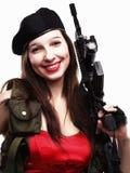 Mädchen, das Gewehr islated auf weißem Hintergrund anhält Lizenzfreie Stockfotos