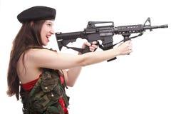Mädchen, das Gewehr islated auf weißem Hintergrund hält Lizenzfreies Stockfoto