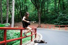 Mädchen, das Gitarre auf einer Straßenseite spielt lizenzfreies stockbild