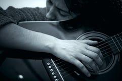 Mädchen, das Gitarre spielt stockfoto