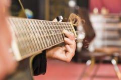 Mädchen, das Gitarre spielt Lizenzfreies Stockbild