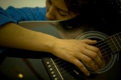 Mädchen, das Gitarren-horizontales Portrait spielt stockfoto