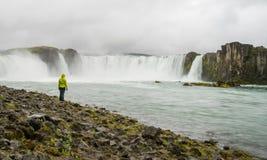 Mädchen, das Godafoss-Wasserfall betrachtet lizenzfreie stockbilder