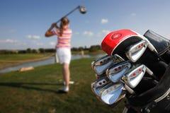 Mädchen, das Golf spielt lizenzfreies stockbild