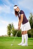 Mädchen, das Golf spielt stockfotografie