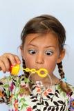 Mädchen, das große Luftblase betrachtet Stockfotografie
