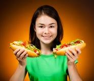 Mädchen, das große Sandwiche isst Stockfotografie