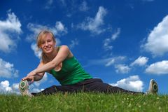 Mädchen, das Gymnastik tut lizenzfreies stockfoto