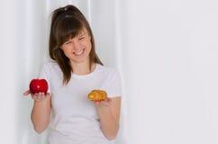Mädchen, das Hörnchen und Apfel hält stockfoto