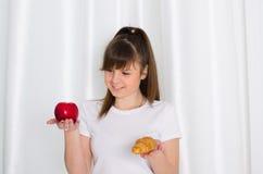 Mädchen, das Hörnchen und Apfel hält Lizenzfreies Stockfoto