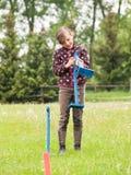 Mädchen, das Hürde für das Kaninchenspringen vorbereitet Stockbilder