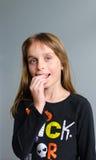 Mädchen, das Halloween-Süßigkeit isst Lizenzfreie Stockfotos