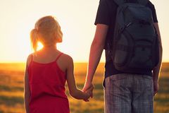 Mädchen, das Hand sein Vater hält Lizenzfreie Stockbilder