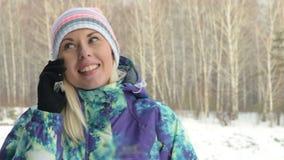 Mädchen, das am Handy im Land am Wintertag spricht stock video