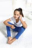 Mädchen, das am Handy spricht stockfotografie