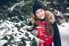 Mädchen, das heißen Tee im Winterwald trinkt Lizenzfreies Stockbild