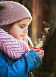 Mädchen, das heißen Tee von der Thermosflasche trinkt stockfotos