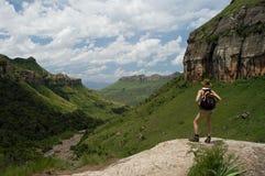 Mädchen, das heraus über einem Tal schaut lizenzfreies stockfoto