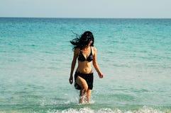 Mädchen, das heraus der Strand geht Lizenzfreies Stockbild