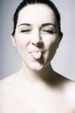 Mädchen, das heraus ihre Zunge haftet Stockbilder