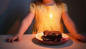 Mädchen, das heraus Kerzen durchbrennt stock footage