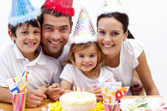 Mädchen, das heraus Kerzen am Tag ihres Geburtstages durchbrennt Lizenzfreie Stockfotos