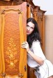 Mädchen, das heraus von der Garderobe schaut Lizenzfreie Stockbilder