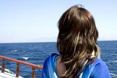 Mädchen, das heraus zum Meer schaut Stockfotos