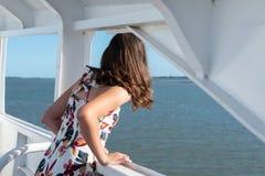 Mädchen, das heraus zum Meer von der Fähre schaut lizenzfreies stockfoto