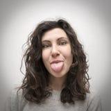 Mädchen, das heraus Zunge haftet Lizenzfreies Stockfoto