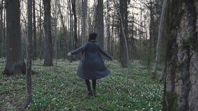 Mädchen, das herum selbst im Wald spinnt stock video