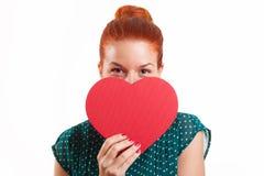 Mädchen, das Herz-Form hält Stockfoto